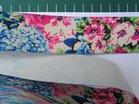 taille-elastiek 4 cm breed: roze en blauwe bloemen / HALVE METER
