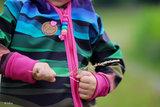 Wavy stripes: softshell, winddicht en waterafstotend: regenboogkleuren_