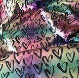 jassenstof hartjes op glanzende zilverkleurige gladde stof met changerende regenboogkleuren_