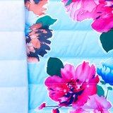 Doorgestikte jassenstof lichtblauw met bloemen_