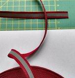 1 cm breed ribsband met reflecterende streep op donkerrood_