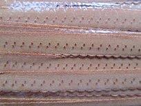 beige omvouwelastiek met klein schulprandje op de vouw