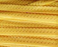 geel omvouwelastiek met klein schulprandje op de vouw