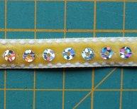 fluweelband met hologrampailletten, geel.  Nog 1 meter