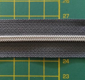 rits aan de meter, gemetalliseerd zilverkleurig op grijs 4mm