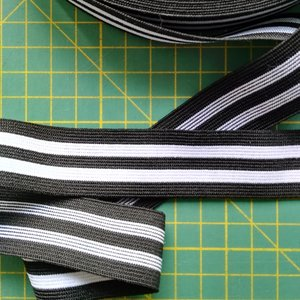 sierelastiek voor over zijnaden 2,5 cm: zwart met twee witte strepen