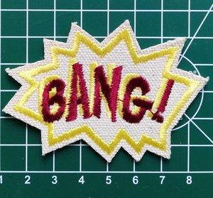opstrijkbare applicatie: BANG donkerrode letters op gebroken wit vilt