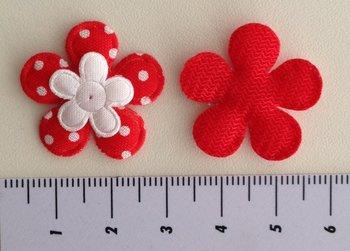 bloemetje rood met klein wit satijnen bloemetje erop geplakt