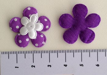 bloemetje paars met klein wit satijnen bloemetje erop geplakt