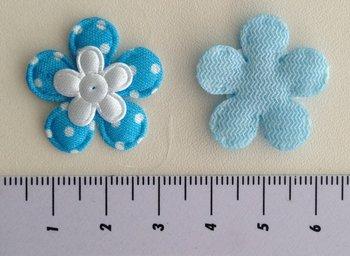 bloemetje turquoise met klein wit satijnen bloemetje erop geplakt