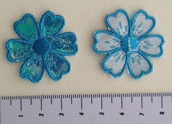 bloemetje glimmende blaadjes blauw