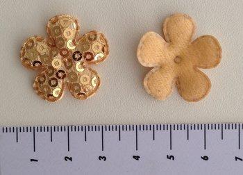 25mm bloemetje beige/goudkleurig met pailletjes