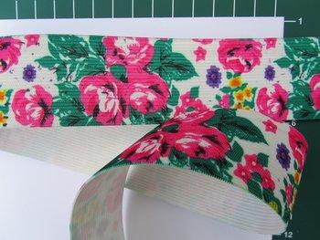 taille-elastiek 4 cm breed: rozen op gebroken-witte ondergrond/HALVE METER