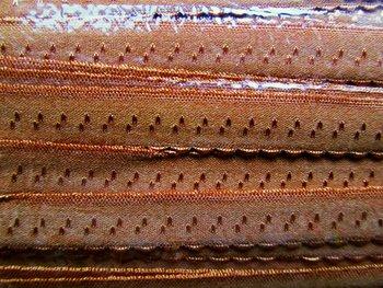 caramel omvouwelastiek met klein schulprandje op de vouw