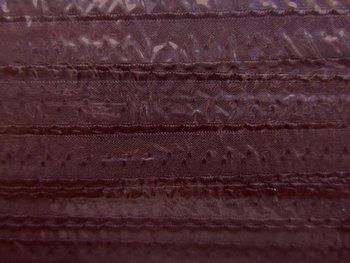 donkerbruin omvouwelastiek met klein schulprandje op de vouw