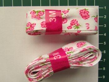 bosje biaisband: roze bloemetje op wit