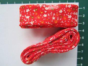 bosje biaisband: kleine bloemetjes op rood