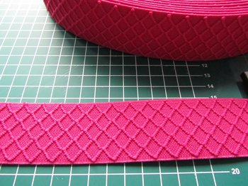 taille-elastiek 4 cm breed: fuchsia met ingeweven ruit /HALVE METER