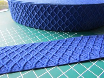 taille-elastiek 4 cm breed: blauw met ingeweven ruit /HALVE METER