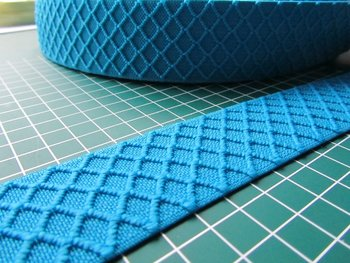 taille-elastiek 4 cm breed: turqupise met ingeweven ruit /HALVE METER