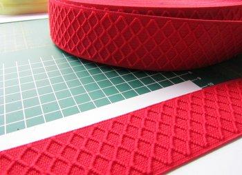 taille-elastiek 4 cm breed: rood met ingeweven ruit /HALVE METER
