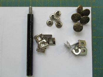 5 bronskleurige broekhaken met spijkerknoop plus gereedschap