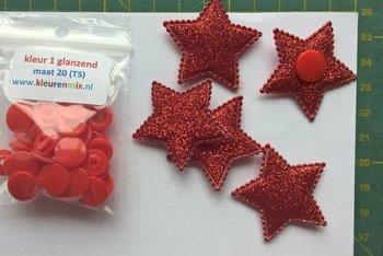 5 rode glittersterren met bijpassende snaps maat 20