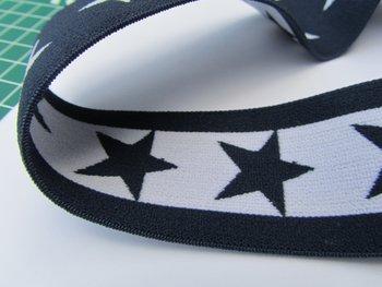taille-elastiek 4 cm breed: sterren wit met zwart/HALVE METER
