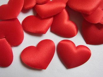 6 rode gevulde satijnen hartjes! Leuk voor Valentijn!!
