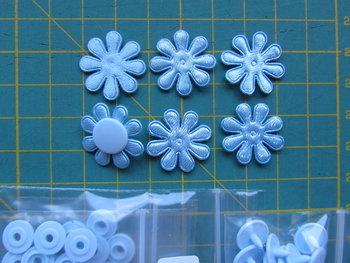 6 lichtblauwe minibloemetjes met bijpassende snaps maat 16