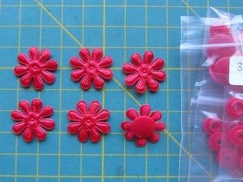 6 rode minibloemetjes met bijpassende snaps maat 16