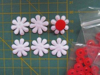 6 witte minibloemetjes met rode snaps maat 16