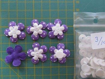 6 paarse bloemetjes met witte stip + snapjes maat 14