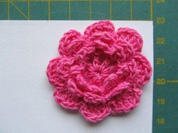 gehaakt bloemetje 4,5 cm roze