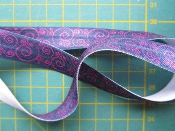 omvouwelastiek donkerblauw met een roze kringeltje
