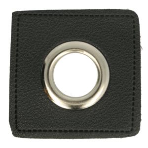 zilverkleurige nestels op vierkant van zwart nepleer: gat diameter 11 mm
