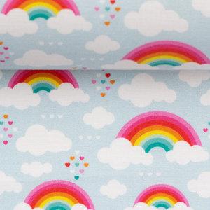 Toni: regenbogen en wolkjes op lichtblauwe katoen