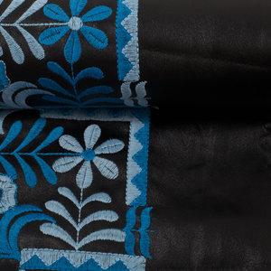 Cindy: prachtig zacht en soepel rekbaar zwart nepleer (met blauw geborduurde rand).