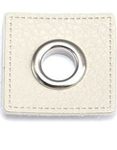 zilverkleurige nestels op wit vierkant van nepleer: gat diameter 8 mm