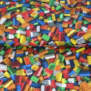 Stenzo: tricot met lego steentjes.