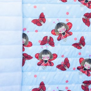 Doorgestikte jassenstof ladybug en vlinder rood op lichtblauw