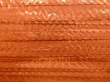 oranje omvouwelastiek met klein schulprandje op de vouw