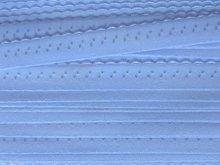 lichtblauw omvouwelastiek met klein schulprandje op de vouw