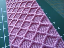 taille-elastiek 4 cm breed: roze met ingeweven ruit /HALVE METER